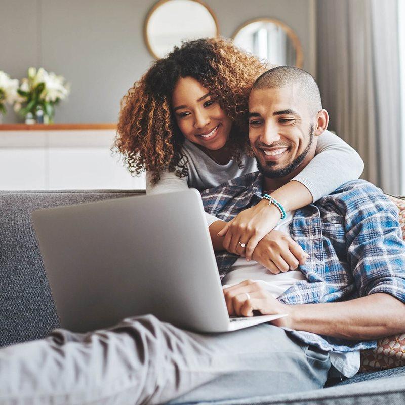 Mujer mirando una laptop