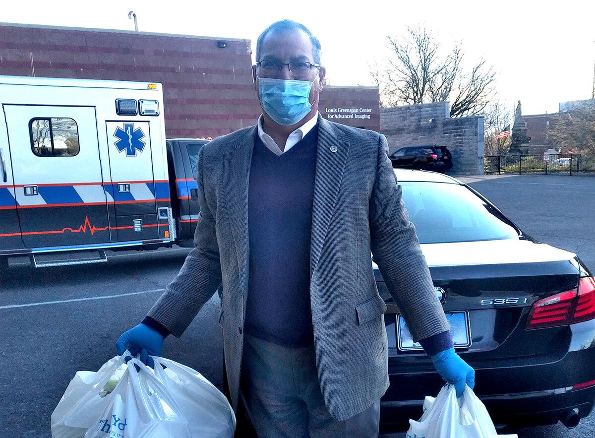 CEO lleva alimentos a trabajadores del hospital