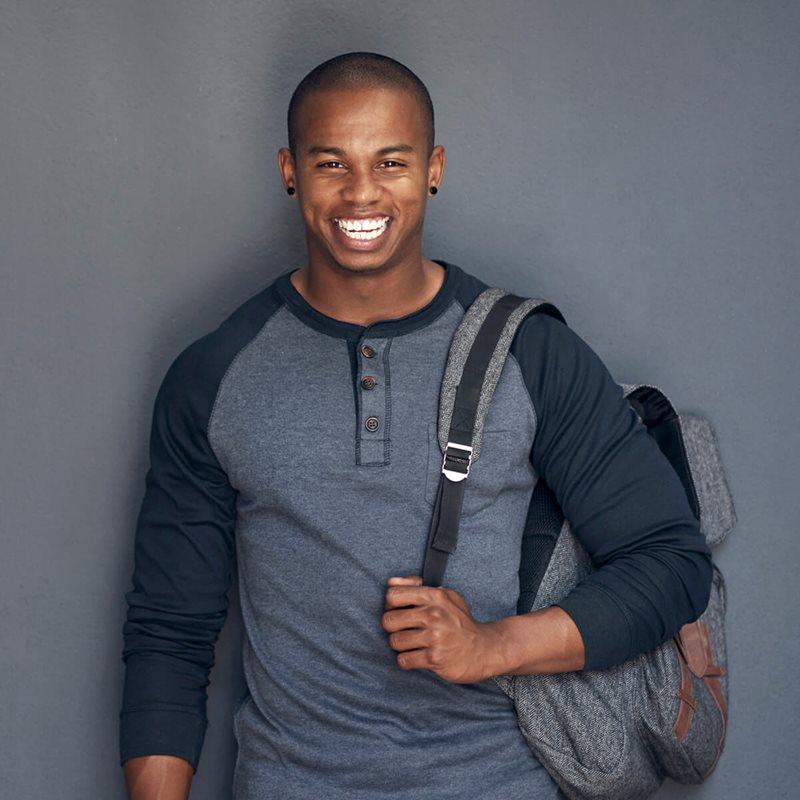 Estudiante universitario con mochila
