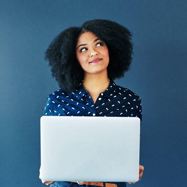 Mujer usando una laptop