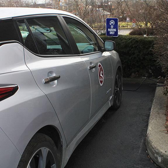 Nissan Leaf en un estacionamiento de vehículos eléctricos