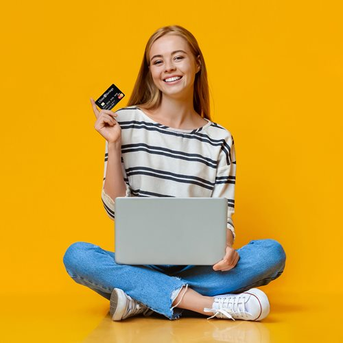 Adolescente sosteniendo tarjeta de débito